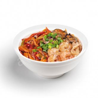 Лапша удон с морепродуктами и овощами